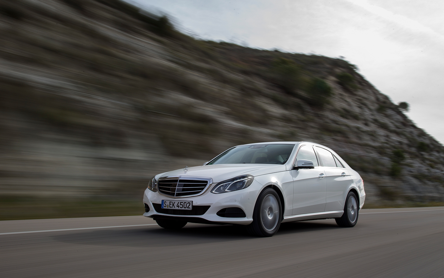 Mercedes benz usa selling more luxury cars than ever in for Mercedes benz use